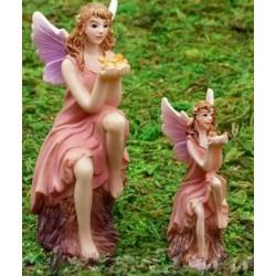 Fairy zittend op boomstronk