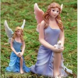 Fairy met duif, knielend