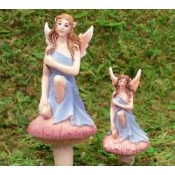 Fairy zittend op paddenstoel