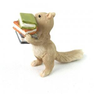 Eenhoorn met stapel boeken