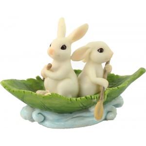 2 konijntjes in een bootje van blad